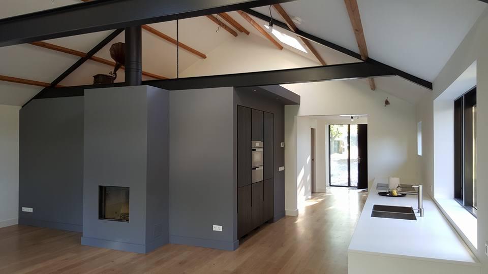 Een donkere wand kan een spannend effect hebben in uw interieur