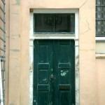 Dubbele deur aan de straatkant voor schilderen