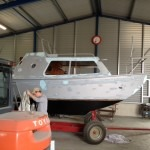 Eerst wordt de boot gestript en geschuurd voordat we gaan schilderen