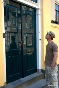 Onderhoud en schilderwerken aan de dubbele deuren laten deze weer glimmen zo goed als nieuw