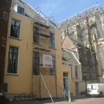 Schilderwerken steenachtige ondergrond naast de Utrechtse Dom