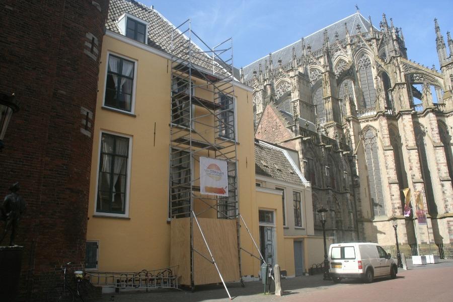 Schilderwerken steenachtige ondergrond naast de Dom in Utrecht