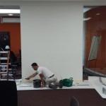 Schilderen van wanden en plafonds kantoorgebouw